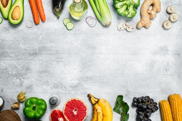 健康食品。素朴なテーブルの上にさまざまな有機果物や野菜。