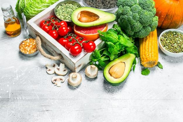 健康食品。さまざまな有機野菜や果物。素朴な背景に。