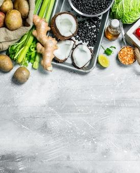 건강한 음식. 다양한 유기농 야채와 과일. 소박한 배경.