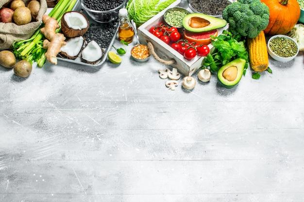 健康食品。さまざまな有機野菜や果物。素朴なテーブルの上。