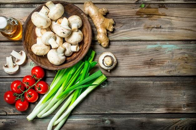 健康食品。さまざまな有機野菜とキノコ。木製に。