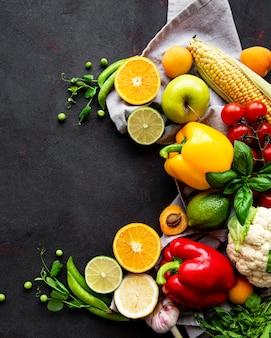 건강한 음식. 검은 콘크리트 테이블에 야채와 과일. 평면도. 공간을 복사하십시오.