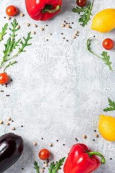 건강에 좋은 음식. 야채, 레몬, chickpeas 콘크리트 테이블, 평면도. 채식과 채식 음식 개념, 복사 공간. 지중해 요리 요리를위한 날 음식.