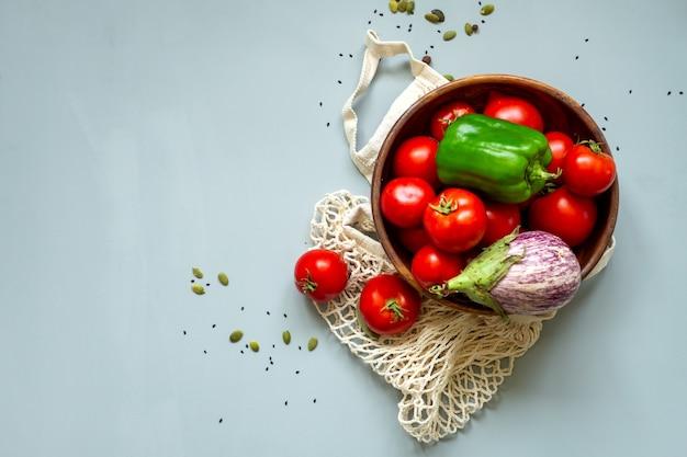 灰色の背景に健康食品野菜