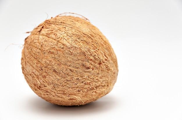 白い背景で隔離のコピースペースとクローズアップの健康食品ココナッツ全体