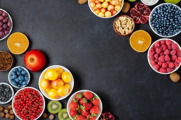 ベリー、ナッツ、フルーツなど、ビタミンや抗酸化物質を多く含む健康食品。スペースをコピーします。