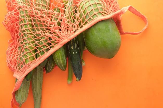 Здоровое питание с овощами в бумажном многоразовом пакете на белом фоне