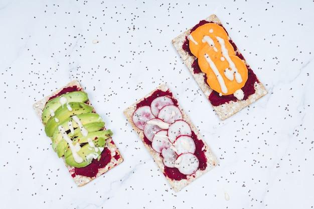 생 빵, 아보카도, 무, 감자로 만든 건강식