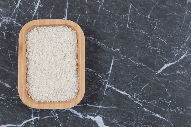 Здоровая пища. деревянная миска черный пропаренный рис на белом.