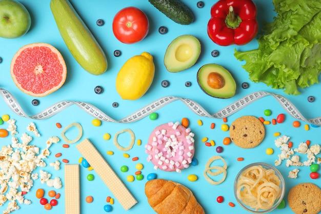컬러 배경 근접 촬영 상단 보기에 건강 식품 및 건강에 해로운 음식