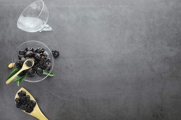 健康な食品。ダイエット用ドライフルーツ。プルーン、ナツメヤシ、レーズン、イチジク。人生のための健康的で適切な栄養。