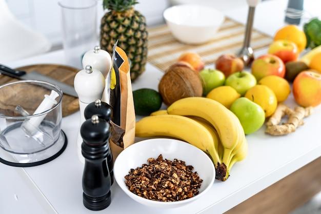 Здоровая пища на столе на кухне