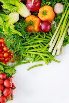 新鮮な野菜サラダを作るための健康的な新鮮な食材。