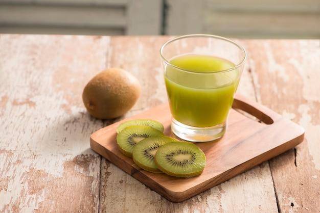 健康的な新鮮なキウイのスムージー グラス - 選択的なフォーカス ポイント