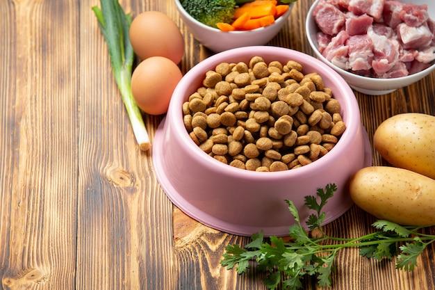 어두운 표면에 건강하고 신선한 애완 동물 식품 재료