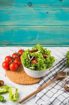 キッチンワークトップ上の健康的な新鮮なサラダ成分