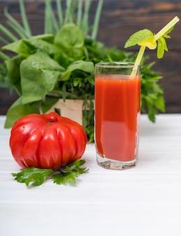 ヘルシーなフレッシュトマトのスムージーまたはカクテル