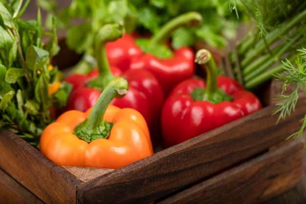 나무 상자에 물 방울과 건강 한 신선한 야채