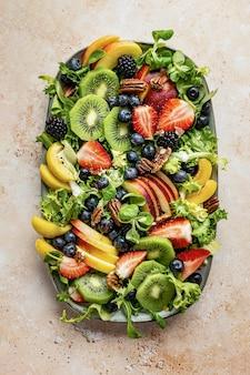 야채와 피칸을 곁들인 건강한 과일 샐러드