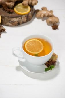 나무 탁자에 있는 건강한 생강차 재료