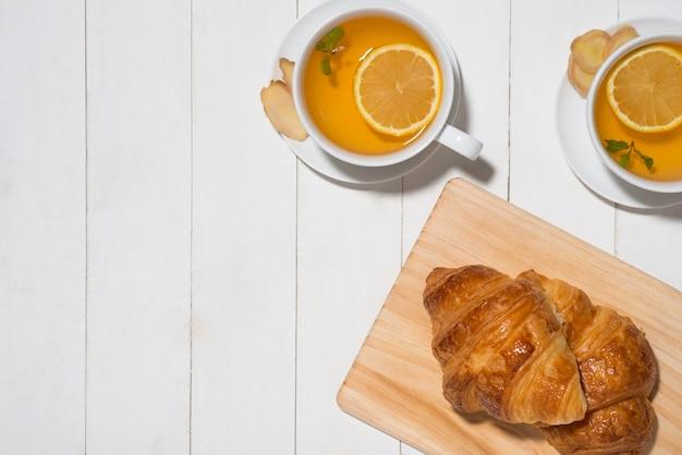 나무 테이블에 아침 조식을 곁들인 건강한 생강차