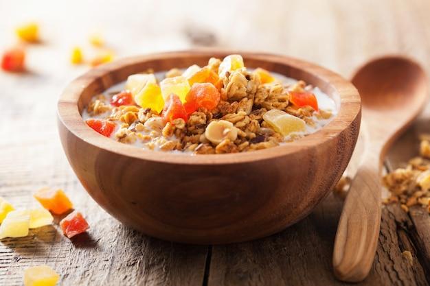 Здоровая мюсли с сухофруктами на завтрак
