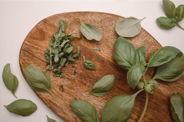 Здоровый зеленый базилик с ножом на фоне деревянной доски свободное пространство для текста