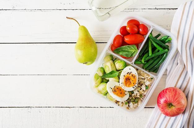 야채와 과일이 들어간 건강한 녹색 식사 준비 용기