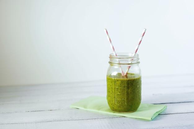 Healthy green reach vitamins smoothie со шпинатом, манго, миндальным молоком и клубникой