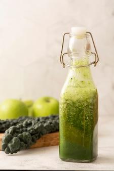 Здоровый зеленый коктейль с зелеными фруктами и овощами.