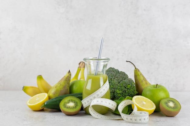 유기농 과일 및 야채와 함께 건강한 녹색 스무디. 건강한 다이어트와 영양, 라이프 스타일, 채식주의 자, 알칼리성, 채식주의 자 음식 개념.
