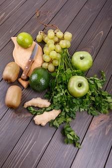 Verdi e frutta sana per smoothie si trovano sul tavolo
