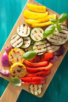 まな板で健康的な野菜のグリル