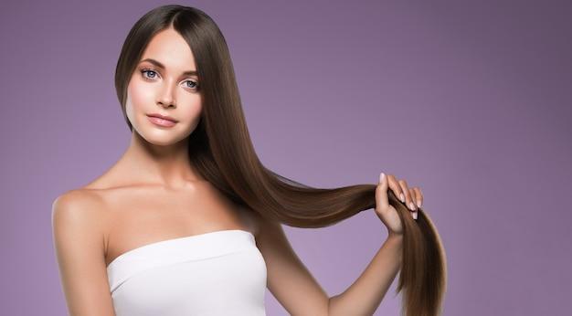 Здоровые волосы женщина красивая прическа красота макияж крупным планом лицо