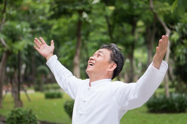 건강 한 행복 긍정적 인 웃는 아시아 수석 남자 올려