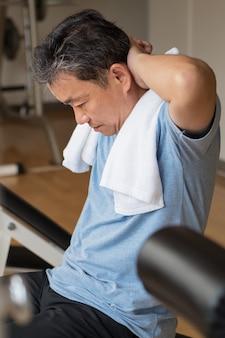 건강, 행복, 미소, 긍정적 인 수석 웰빙 체육관에서 ab 근육 운동 아시아 남자