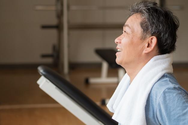 건강, 행복, 미소, 긍정적 인 수석 웰빙 체육관에서 운동하는 아시아 사람