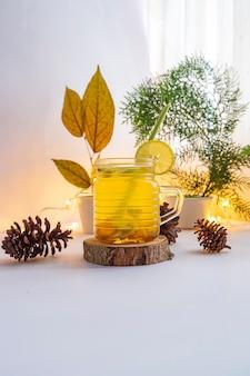 健康的なハーブドリンク。ウコン、生姜、レモングラス、レモンから作られたハーブドリンク。ハーブドリンクのミニマリストコンセプトのアイデア