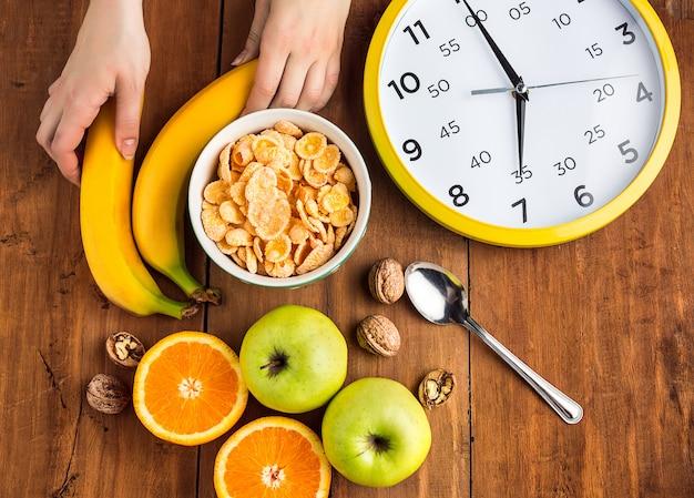 ミューズリー、リンゴ、新鮮な果物、クルミの健康的な自家製の朝食