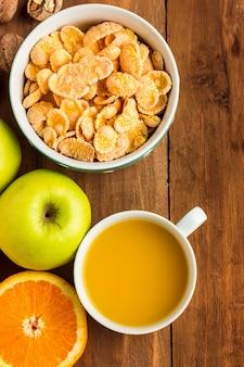 Muesli, 사과, 신선한 과일 및 호두의 건강한 집에서 만든 아침 식사