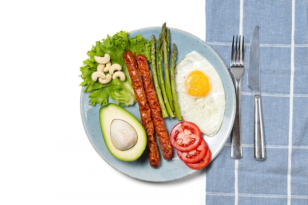 アスパラガス、目玉焼き、ルッコラ、ケトダイエットと健康的な自家製朝食。