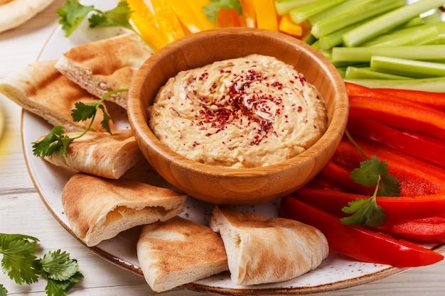 Здоровый домашний хумус с ассорти из свежих овощей и лавашем.