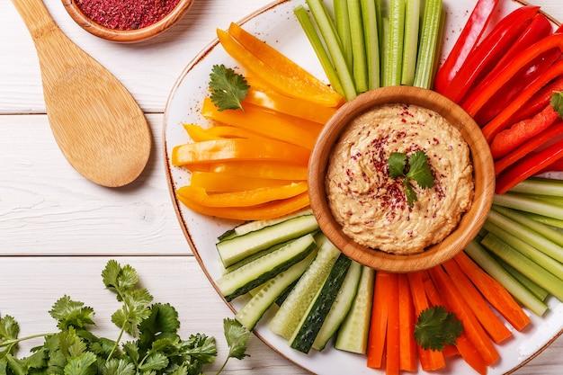 Здоровый домашний хумус с ассорти из свежих овощей.