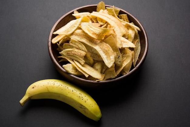 健康的な自家製ケラまたはバナナチップスまたはウエハースが不機嫌そうな表面に提供され、選択的に焦点を合わせる