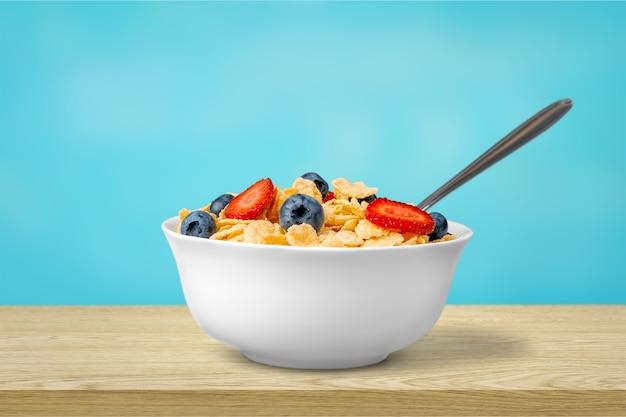 朝食にベリーと健康的な自家製オートミール