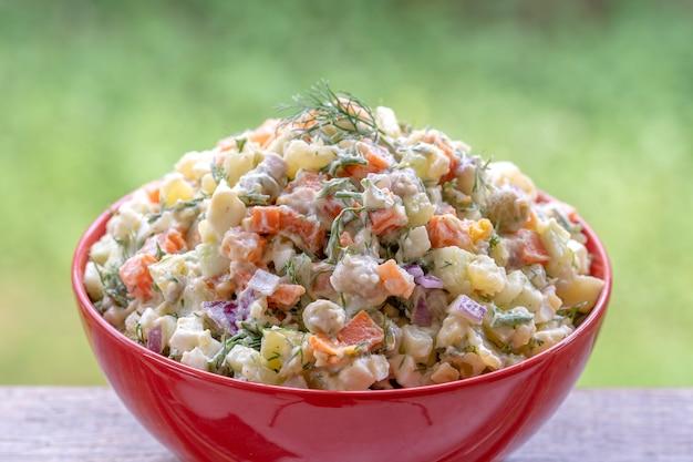 건강한 집에서 만든 러시아 전통 샐러드 올리비에 먹을 준비가 되어 있고, 가까이서, 꼭대기 전망을 감상할 수 있습니다.