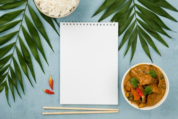 健康的な自家製シチュー料理と空のメモ帳