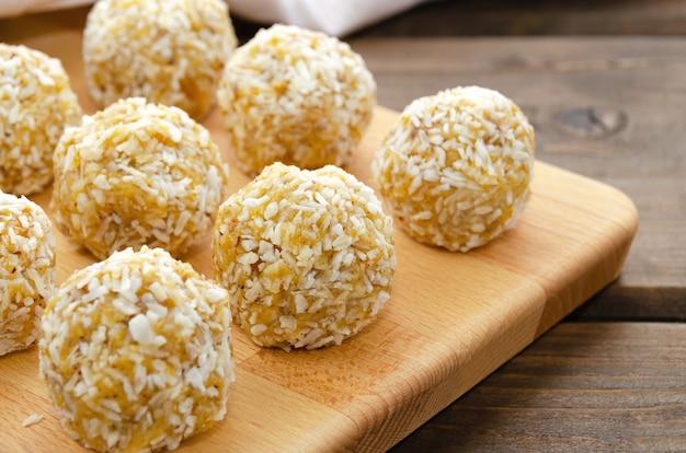 ドライフルーツとココナッツのナッツの健康的な自家製の甘いエネルギーボール。