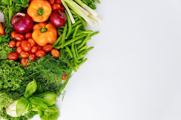 新鮮な野菜サラダを作るための健康的な成分。