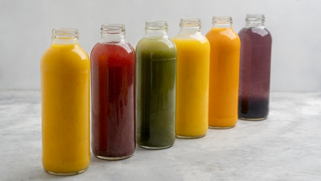Assortimento di bottiglie di succo sano